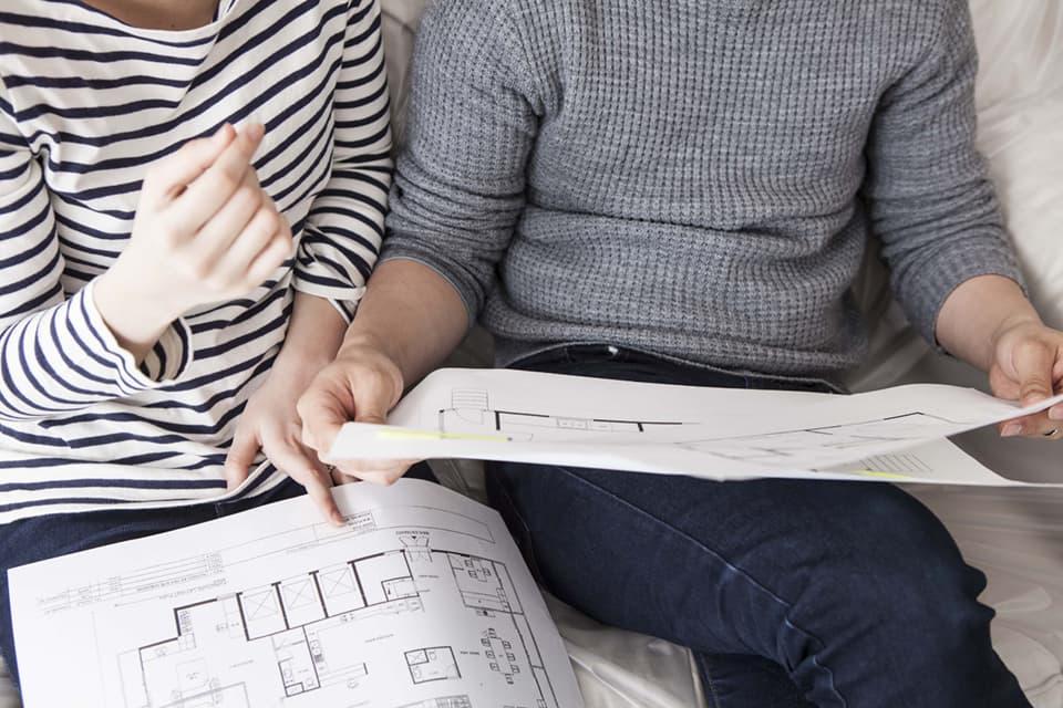 住宅の間取りを検討する夫婦